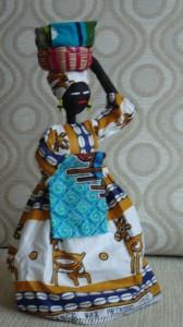 En el cesto lleva las telas que vende y las enseña a sus clientes...